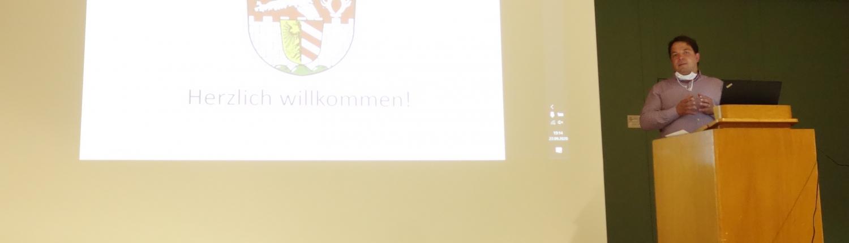Informationsveranstaltung Nahwärmenetz, Herr Bigge am Pult