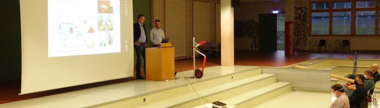 Informationsveranstaltung Nahwärmenetz, Herr Schäfer und Herr Färber am Pult