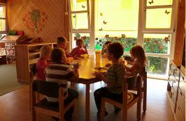 Kindergarten: Der große Gruppenraum besteht aus der Puppenecke auf 2 Ebenen, Bauecke, Kreativbereich und dem Essbereich mit Kinderküchenzeile.