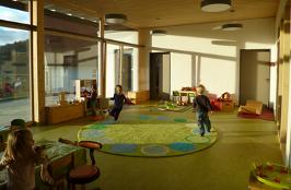 Kinderkrippe: Seit 2014 freut sich die Käfergruppe über das wunderschöne neue licht-durchflutete Gebäude.